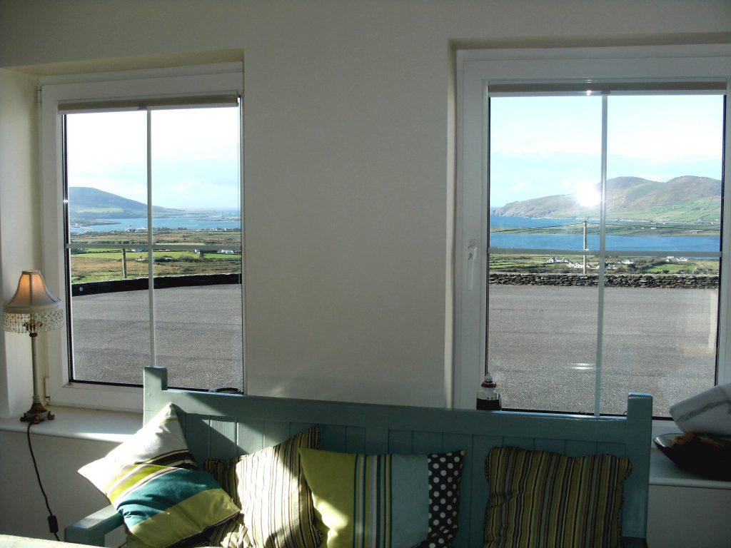 Ferienhaus, Kerry, Irland, Lighthouse View - Atlantic Dreams, Aufenthaltsraum mit Meerblick. Und mit meinem Blitzlicht mitten im Fenster. Entschuldigung. Ferienhäuser mit Meerblick mieten in Irland - Cottages mit Seeblick mieten entlang des Ring of Kerry in Irland