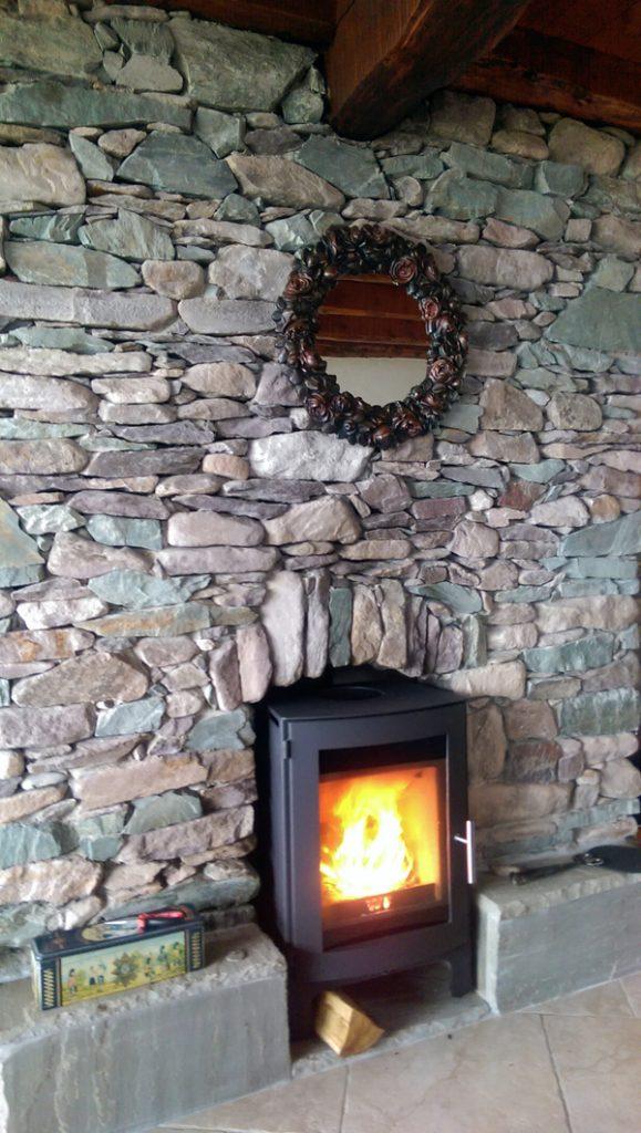 Ferienhaus, Kerry, Irland, A Grá mo Croí, Ofen im Wohnzimmer, der hätte auch Meerblick, wenn er sich ein bisschen recken könnte., Ferienhäuser mit Meerblick mieten in Irland - Cottages mit Seeblick mieten entlang des Ring of Kerry in Irland