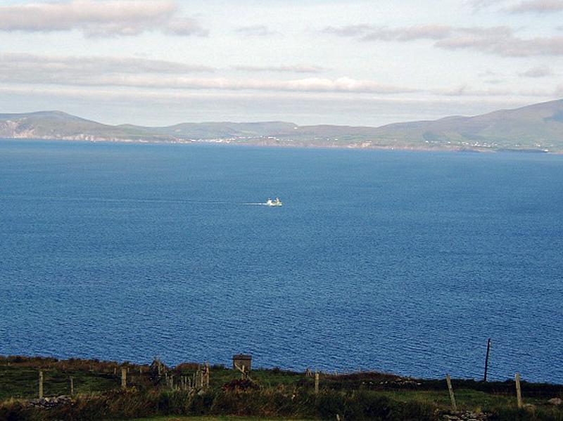 Ferienhaus, Kerry, Irland, A Grá mo Croí, Das kleine Häuschen unten ist die alte Küstenwache. Hier mussten Iren im Zweiten Weltkrieg Ausschau nach deutschen U-Booten halten., Ferienhäuser mit Meerblick mieten in Irland - Cottages mit Seeblick mieten entlang des Ring of Kerry in Irland