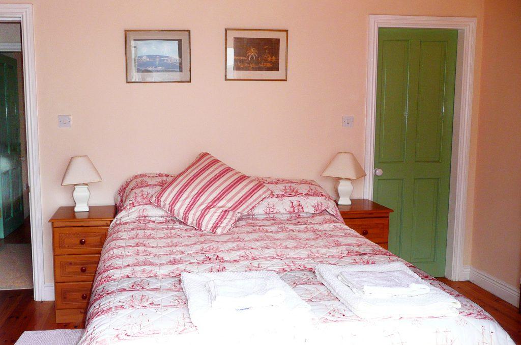 Ferienhaus, Kerry, Irland, Batts Cottage, Schlafzimmer mit Doppelbett, mit Meerblick, Bild 1, Ferienhäuser mit Meerblick mieten in Irland - Cottages mit Seeblick mieten entlang des Ring of Kerry in Irland