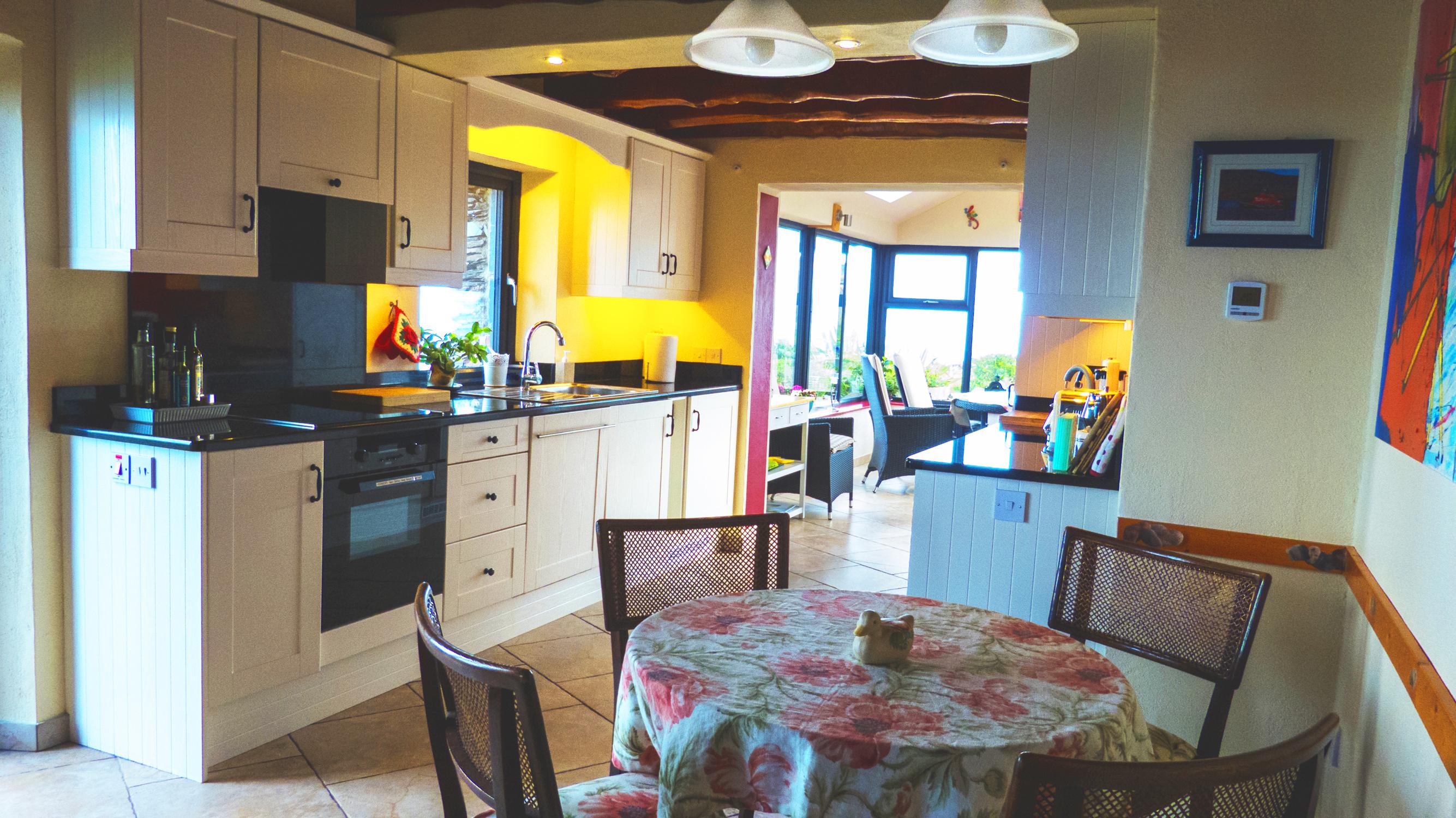 Ferienhaus, Kerry, Irland, 05 Küche mit Seeblick, Bild 1, Holiday ...