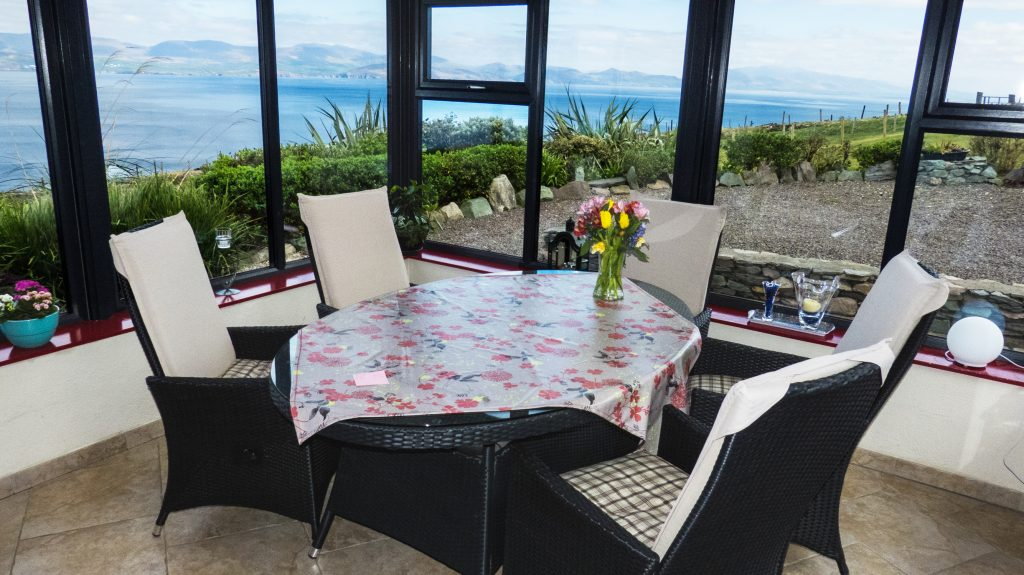 Der Herzenswunsch, Sunroom with Sea and Mountain Views Pict. 1, Rent a Cottage in Ireland along the Ring of Kerry