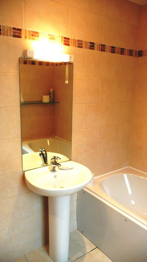 Chapel Cross, Bathroom 2, Pict. 1. Rent an Irish Holiday Home with Sea View along the Wild Atlantic Way in Kerry, Rent a Cottage with Seaview in Ireland along the Ring of Kerry.