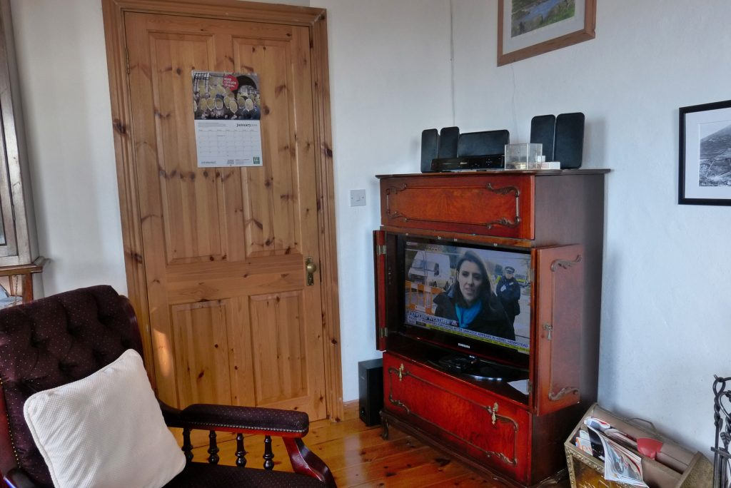 Heather Cottage, Living Room with Sea View, Pict. 3. Rent an Irish Holiday Home with Sea View along the Wild Atlantic Way in Kerry, Rent a Cottage with Seaview in Ireland along the Ring of Kerry.