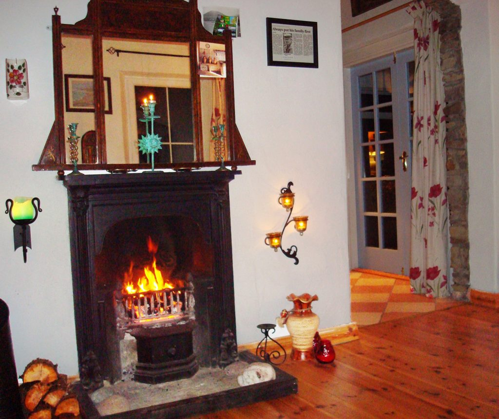 Heather Cottage, Living Room with Sea View, Pict. 5. Rent an Irish Holiday Home with Sea View along the Wild Atlantic Way in Kerry, Rent a Cottage with Seaview in Ireland along the Ring of Kerry.