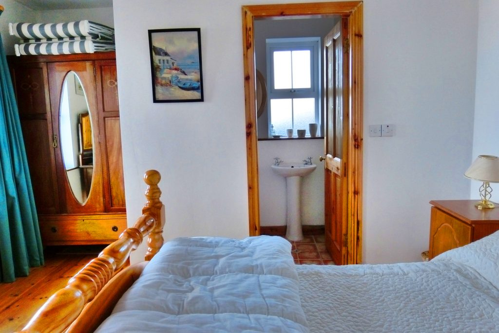 Heather Cottage, Bedroom 1 with Ensuite Shower, Pict. 1. Everything Ground Floor. Rent an Irish Holiday Home with Sea View along the Wild Atlantic Way in Kerry, Rent a Cottage with Seaview in Ireland along the Ring of Kerry.