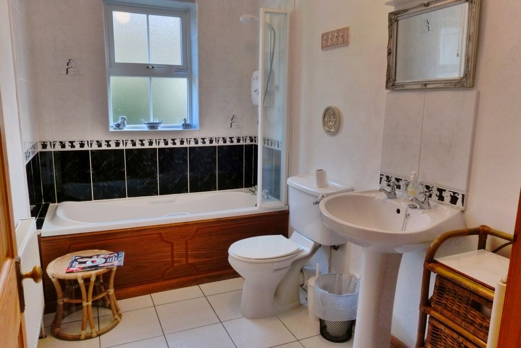 Heather Cottage, Bath 2. Rent an Irish Holiday Home with Sea View along the Wild Atlantic Way in Kerry, Rent a Cottage with Seaview in Ireland along the Ring of Kerry.