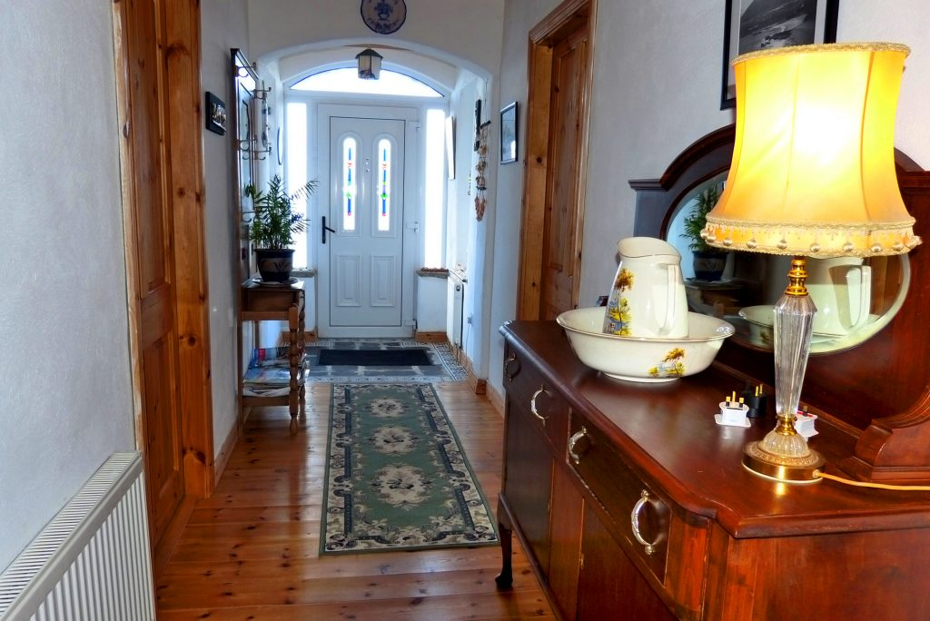 Heather Cottage, Hall. Rent an Irish Holiday Home with Sea View along the Wild Atlantic Way in Kerry, Rent a Cottage with Seaview in Ireland along the Ring of Kerry.