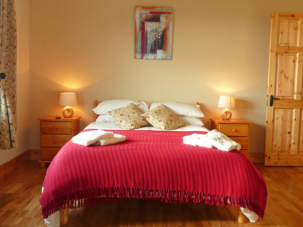 Skelligs House, Bedroom2, Ground Floor. Rent an Irish Cottage with Sea View along the Wild Atlantic Way in Kerry from www.fir-darrig.net. Rent a Holiday Home with Seaview in Ireland along the Ring of Kerry.