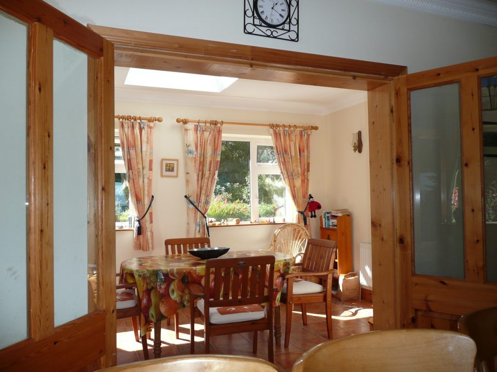 Taobh na Greine, Dining in the Sunroom. Rent an Irish Cottage with Sea View along the Wild Atlantic Way in Kerry from www.fir-darrig.net. Rent a Holiday Home with Seaview in Ireland along the Ring of Kerry.