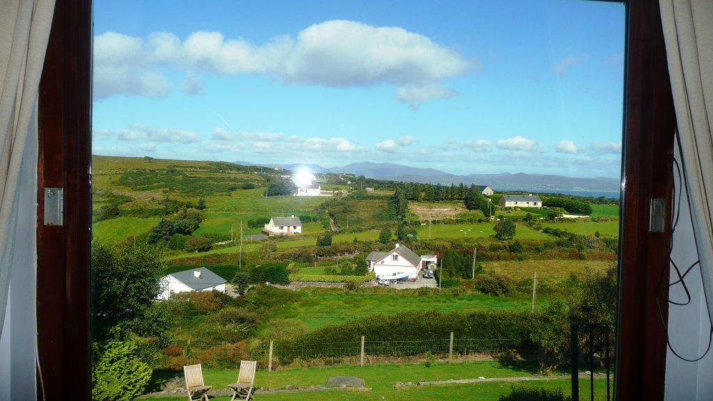 Ferienhaus, Kerry, Irland, Pairc na Realta, Aussicht, leider mit Blitz im Fenster, Ferienhäuser mit Meerblick mieten in Irland - Cottages mit Seeblick mieten entlang des Ring of Kerry in Irland