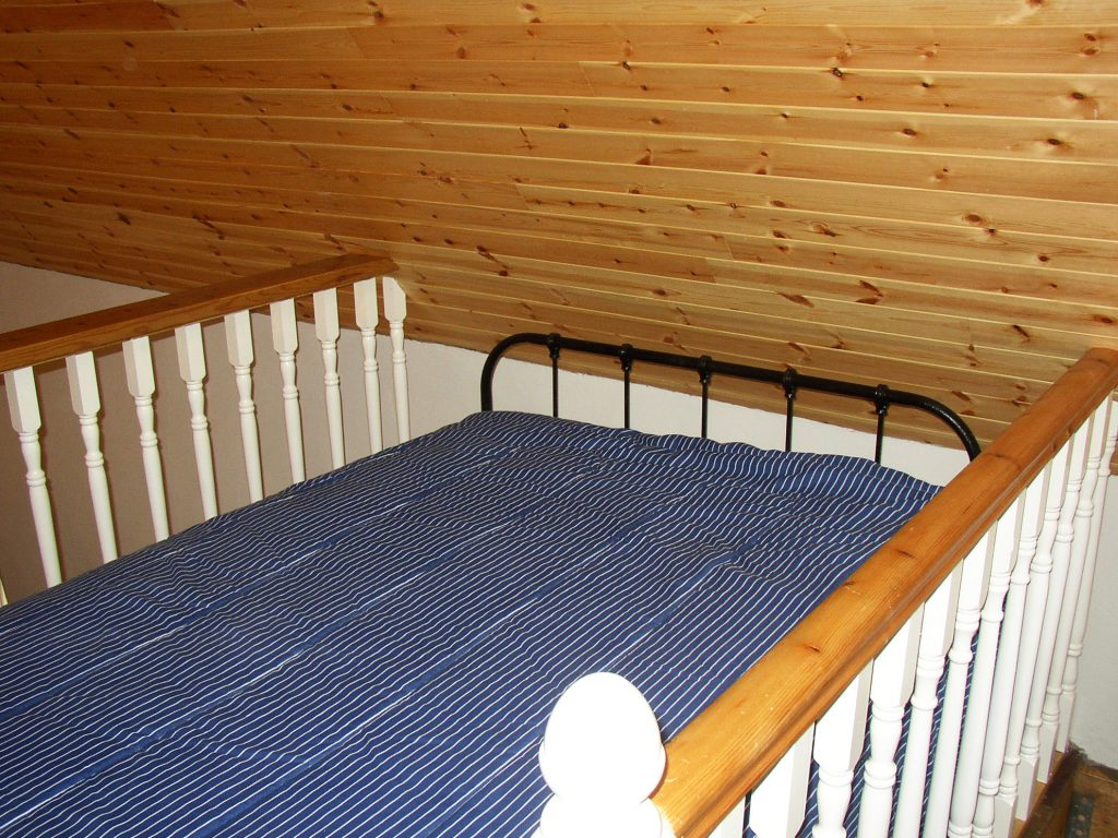 Roads-Cottage-Bett-auf-der-Empore, Ferienhäuser mit Meerblick mieten in Irland - Cottages mit Seeblick mieten entlang des Ring of Kerry in Irland