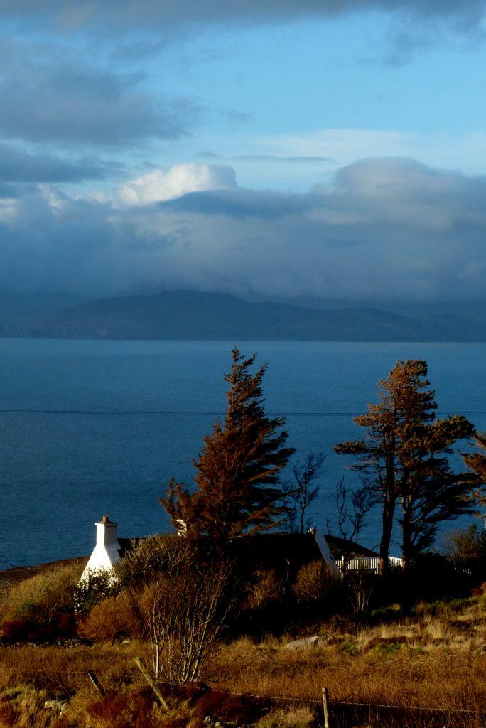 Ferienhaus, Kerry, Irland, Roads Cottage vom Feld aus, Ferienhäuser mit Meerblick mieten in Irland - Cottages mit Seeblick mieten entlang des Ring of Kerry in Irland
