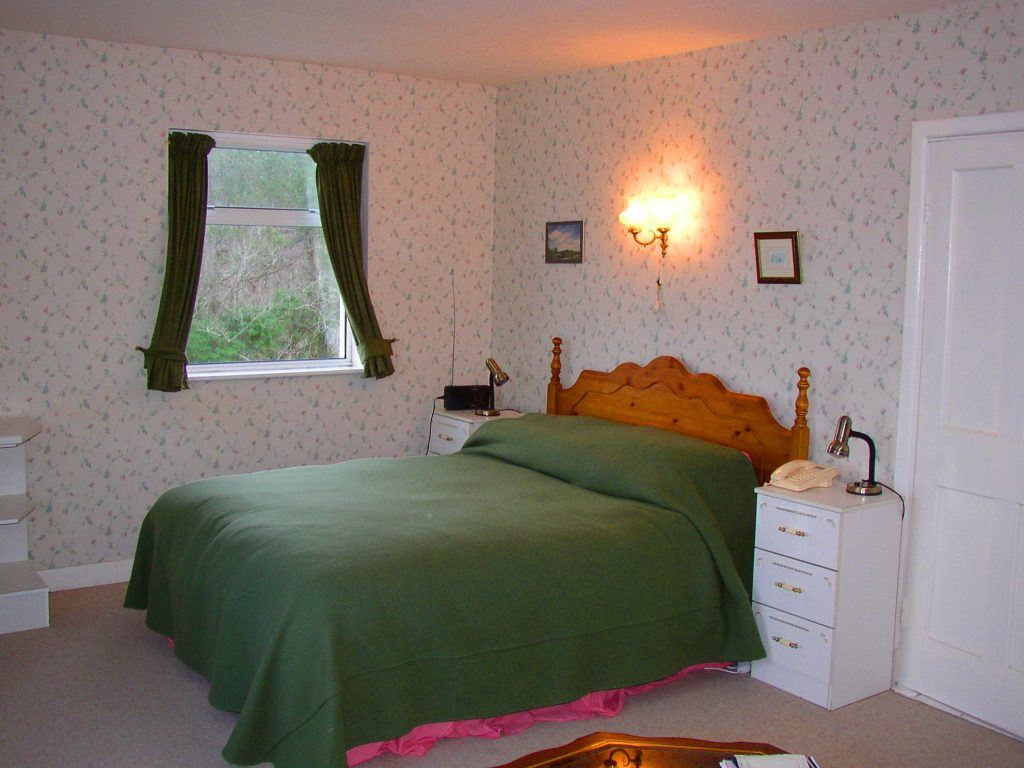 Yvonnes, Bedroom 1, Pict. 1. Rent an Irish Cottage with Sea View along the Wild Atlantic Way in Kerry from www.fir-darrig.net. Rent a Holiday Home with Seaview in Ireland along the Ring of Kerry.