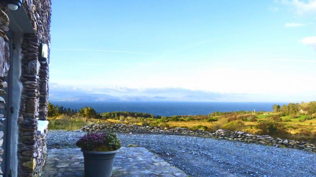 Ferienhaus mit Meerblick, Irland, Kells, Kerry, fir-darrig.net, Michael's, Patio, Ferienhäuser mit Meerblick mieten in Irland - Cottages mit Seeblick mieten entlang des Ring of Kerry in Irland