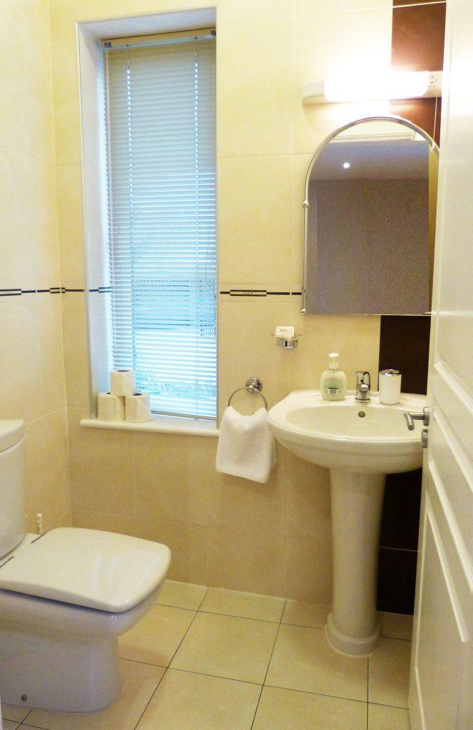 Toilett zu den beiden Schlafzimmern im Erdgeschoss von Ferienhaus Castle View in Glenbeigh in Kerry, Irland.