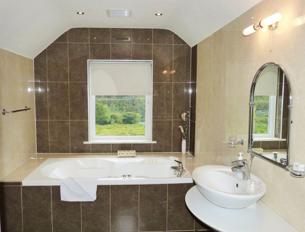 Das Bad zum Schlafzimmer drei auf der ersten Etage von Ferienhaus Castle View in Glenbeigh in Kerry, Irland.