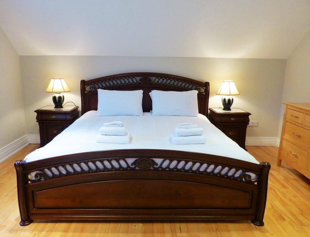 Zei Doppelbetten und Bad zum Schlafzimmer drei auf der ersten Etage von Ferienhaus Castle View in Glenbeigh in Kerry, Irland.