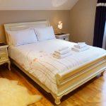 Ein Doppelbett im Schlafzimmer vier auf der ersten Etage von Ferienhaus Castle View in Glenbeigh in Kerry, Irland.