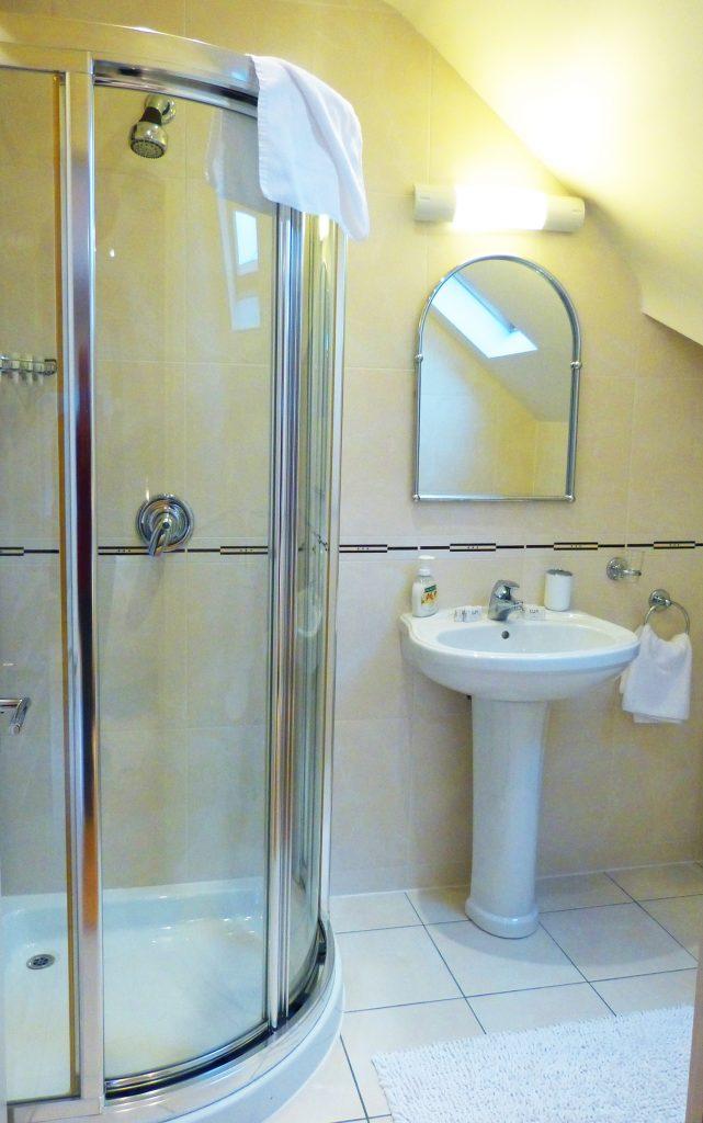 Das Bad zum Schlafzimmer vier und fünf auf der ersten Etage von Ferienhaus Castle View in Glenbeigh in Kerry, Irland.