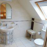 Bad zu Schlafzimmer sechs auf der ersten Etage von Ferienhaus Castle View in Glenbeigh in Kerry, Irland.