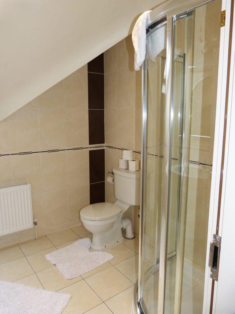 Bad zu Schlafzimmer sieben auf der ersten Etage von Ferienhaus Castle View in Glenbeigh in Kerry, Irland.